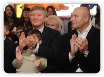 В День Святого Николая Ахметов и Крутой продвигали идею домов семейного типа